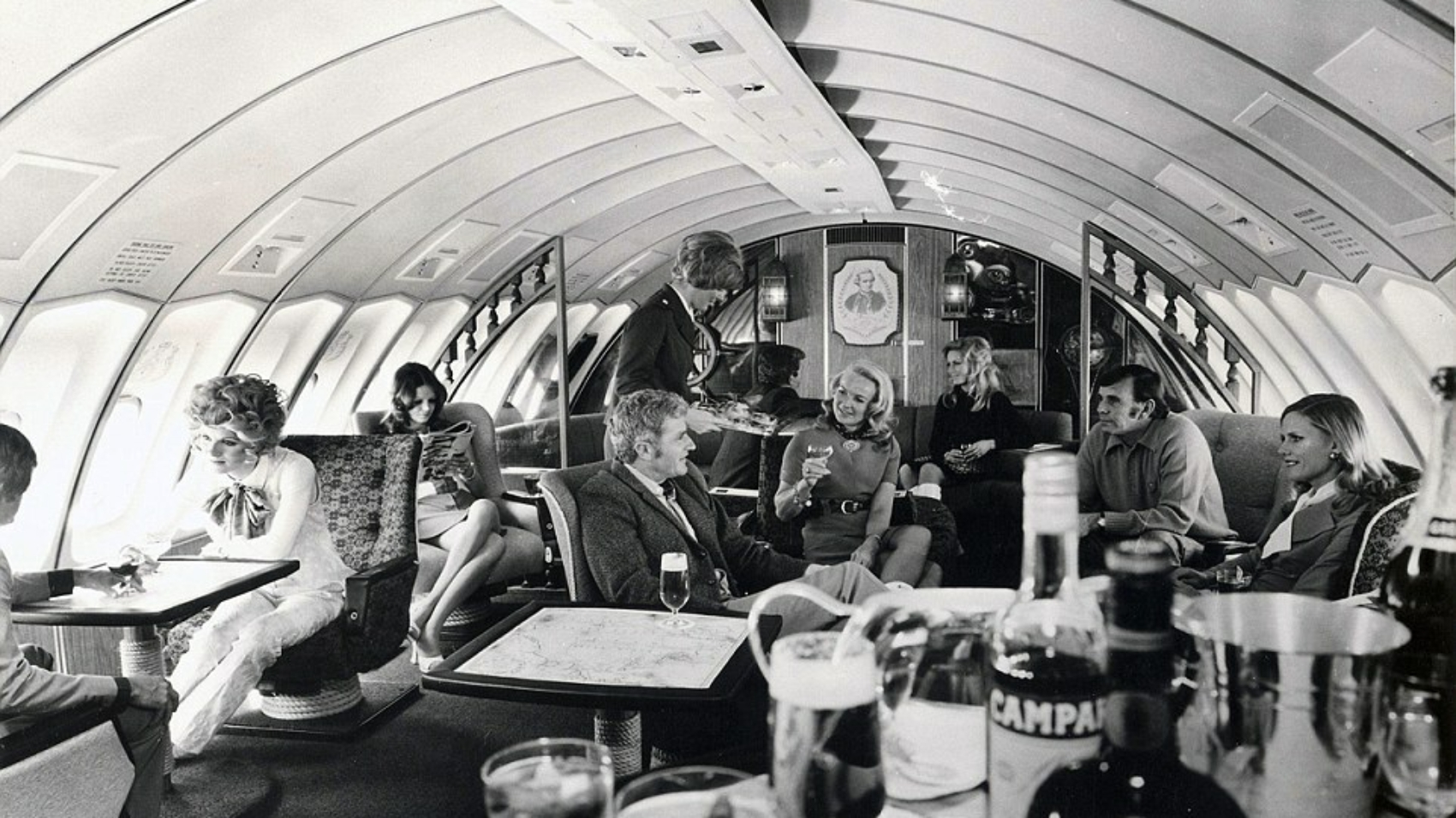 34CEA68100000578-3622956-The_first_class_upper_deck_lounge_of_a_Boeing_747_in_1971_shows_-a-3_1464945787267
